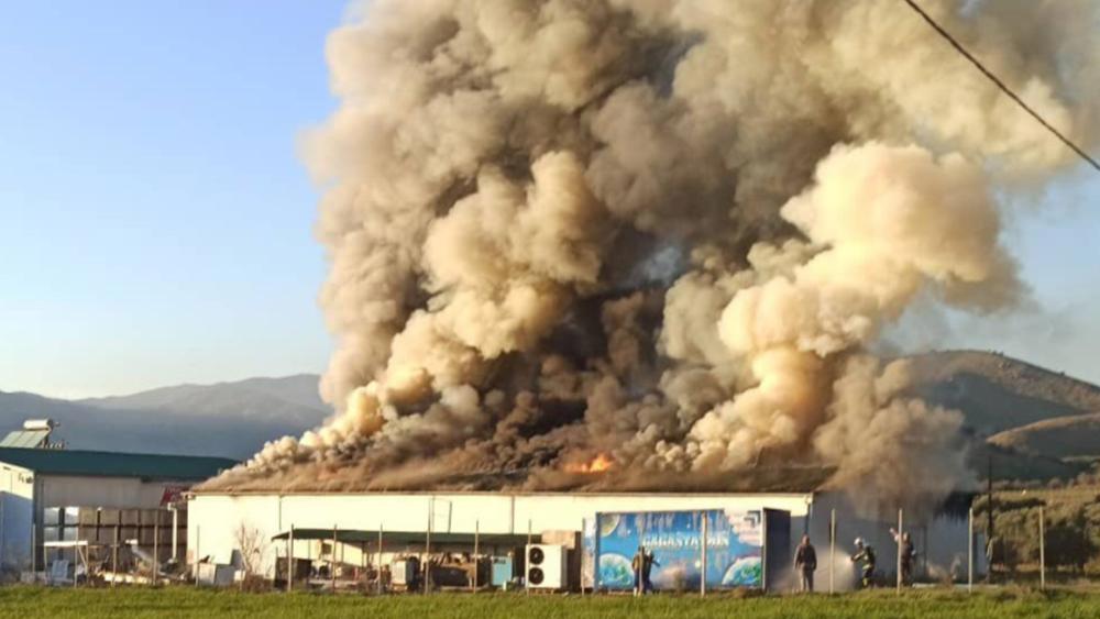 """Φωτιά στο εργοστάσιο της """"Υφαντής"""": Κάηκε το κεντρικό κτίριο και μία αποθήκη"""